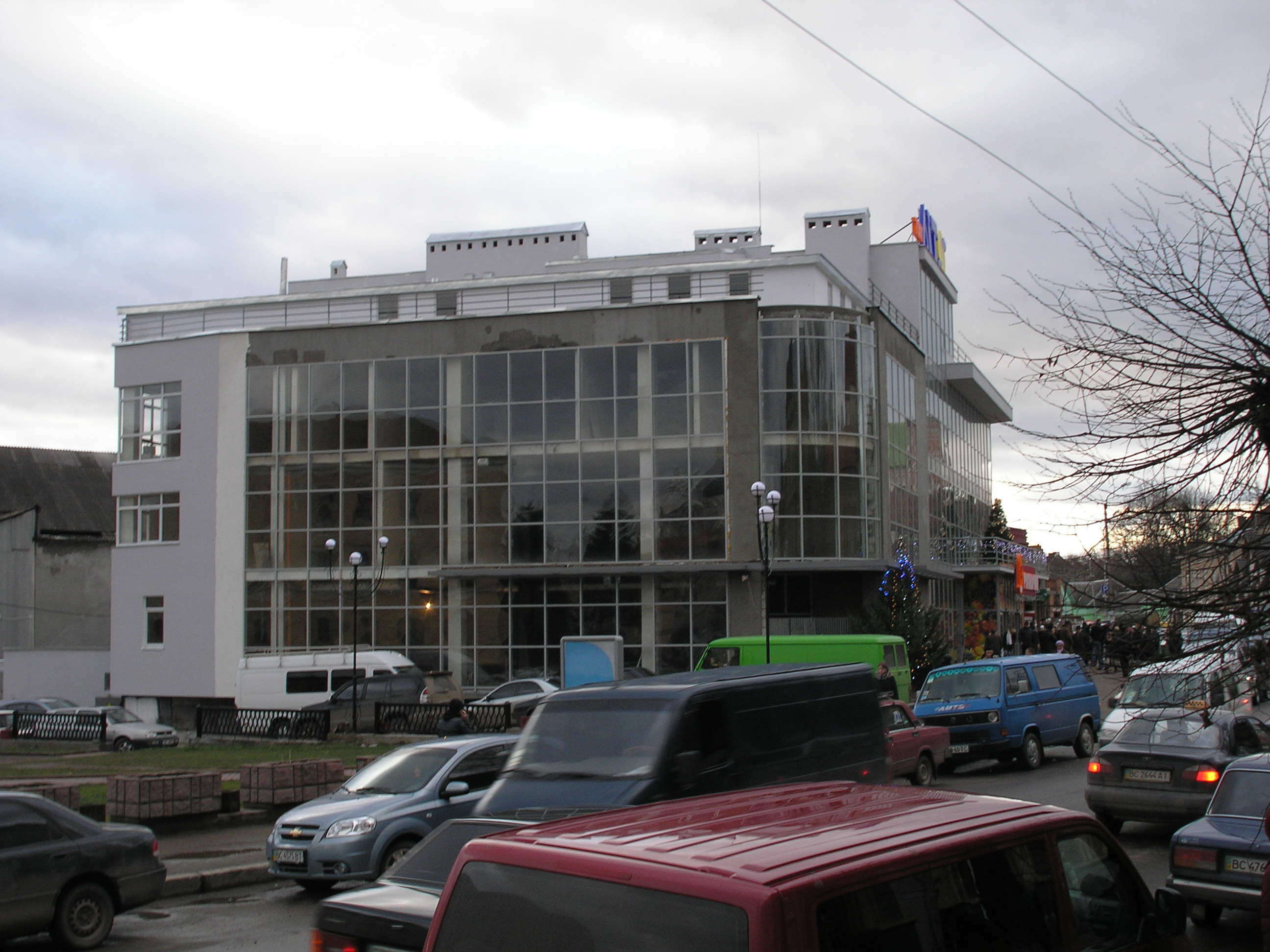 Торговий центр та банк в м. Самбір, Львівська обл.